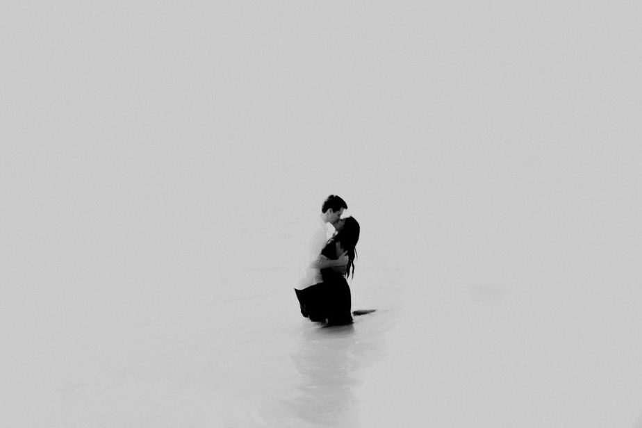couple kissing in the sea in Portugal