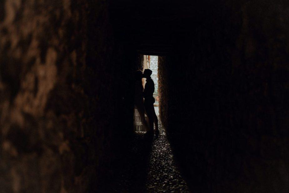couple kissing in alleyway in Lake Garday during engagement couple session